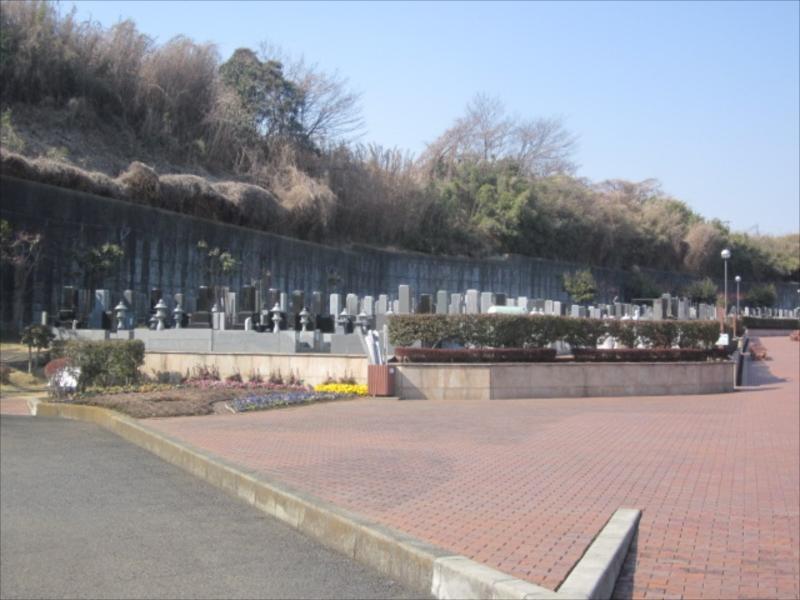 綾瀬市営 本蓼川墓園 墓域の周りの花壇