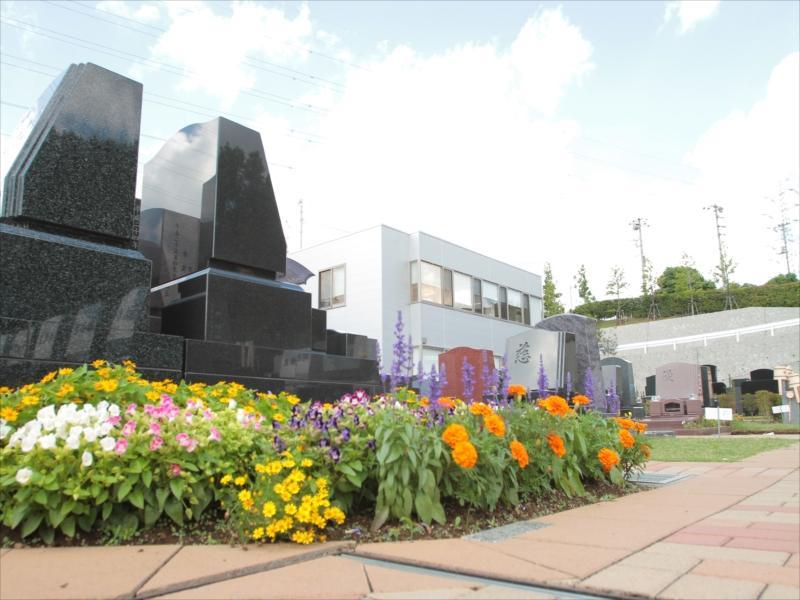 都筑港北霊園 宙の碑 参道に供えられた花々