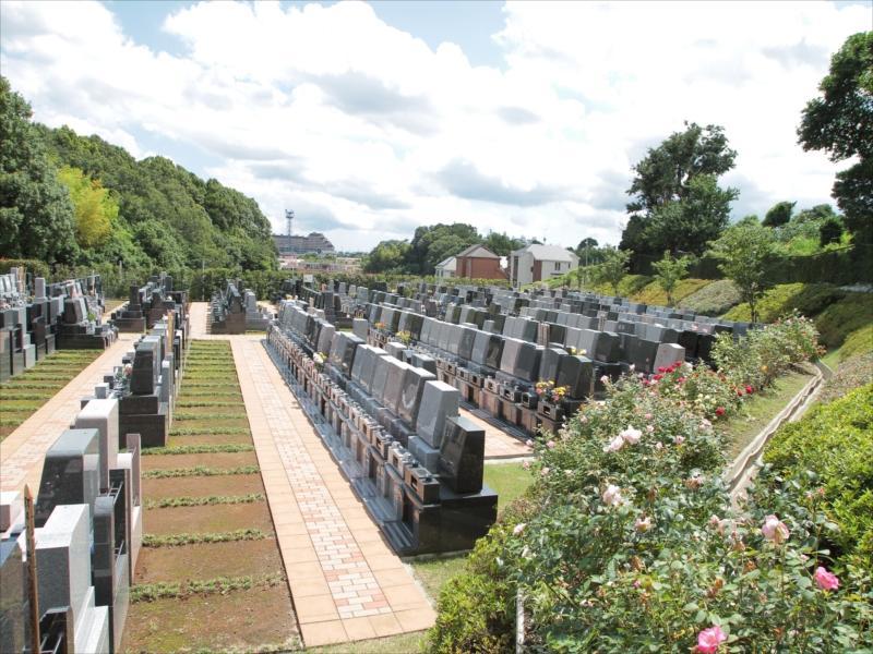 都筑港北霊園 宙の碑 花や緑に囲まれた霊園内