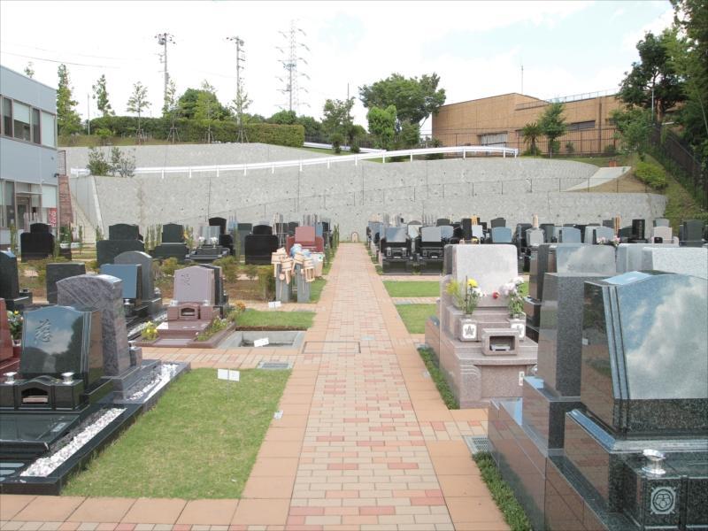都筑港北霊園 宙の碑 バリアフリー設計の参道