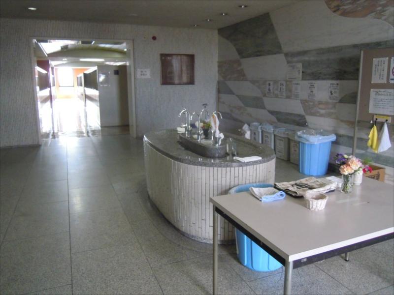 横浜市営久保山霊堂 水汲み場とゴミ箱