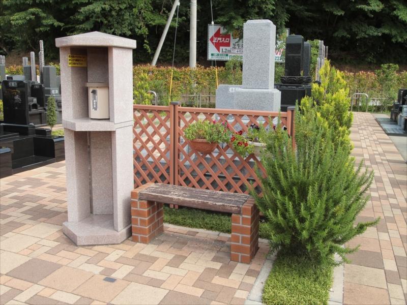 中和倉メモリアルひかりの郷 お線香着火台とベンチ