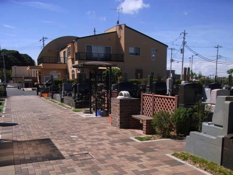 中和倉メモリアルひかりの郷 参道脇に置かれたベンチ