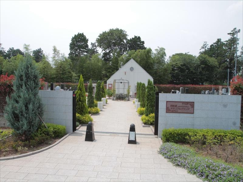 四街道メモリアルグランデ 欧風のお庭のような参道入口