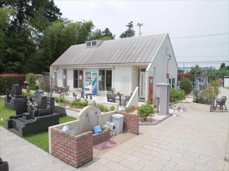 四街道メモリアルグランデ 管理棟周りにあるモダンな休憩スペース