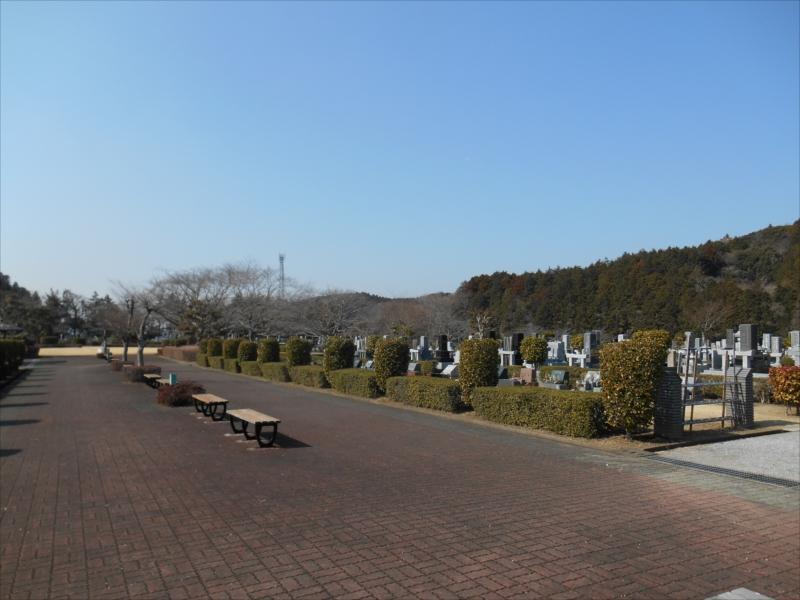 袖ヶ浦市営 墓地公園 広々とした参道に置かれたベンチ
