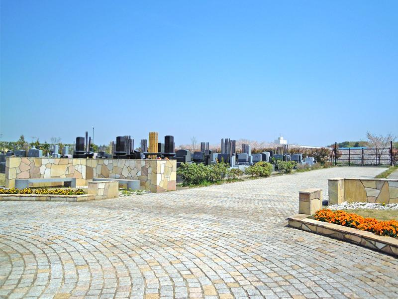 グリーンメモリアル鎌ヶ谷 メイン参道沿いにある休憩スペース