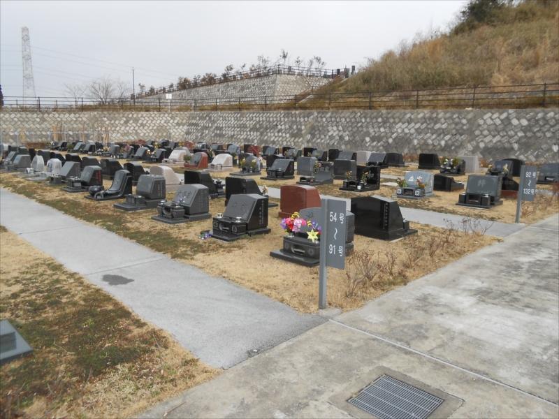 市原市営 海保墓園 墓石間にゆとりのある芝生墓所
