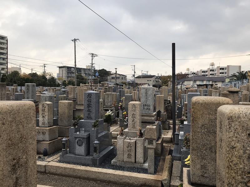 東大阪市営 長瀬墓地 色々なデザインの墓石