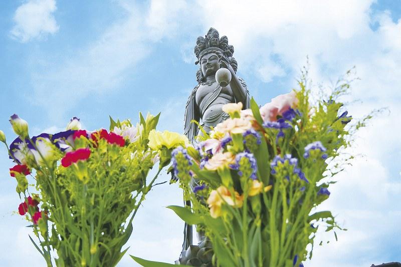 小平 寶縁の庭 観音様型集合墓「憶(おもい)」