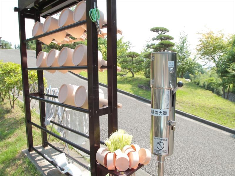 浄光の森聖地 園内各所に用意されている清掃用具
