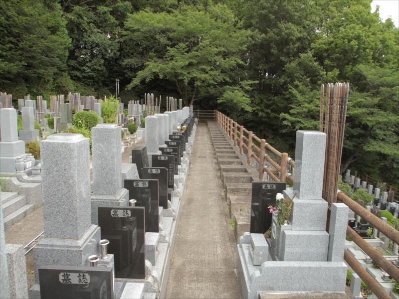 東京秋田霊園 舗装されて歩きやすい墓域