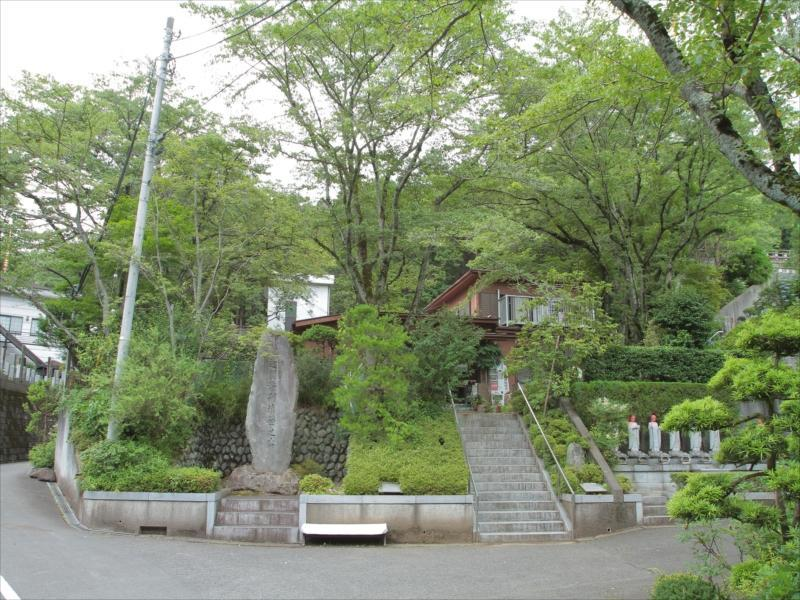 東京秋田霊園 緑に囲まれた霊園外観