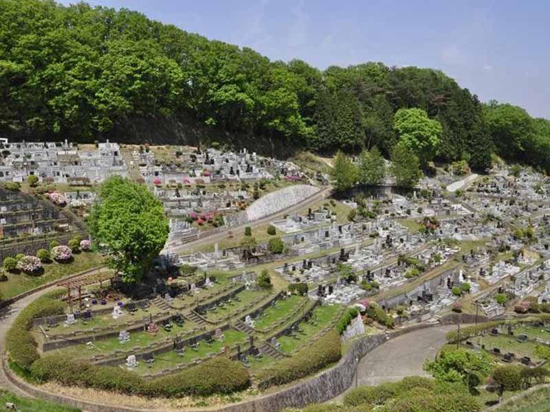 青梅市墓地公園 すり鉢型のような墓域