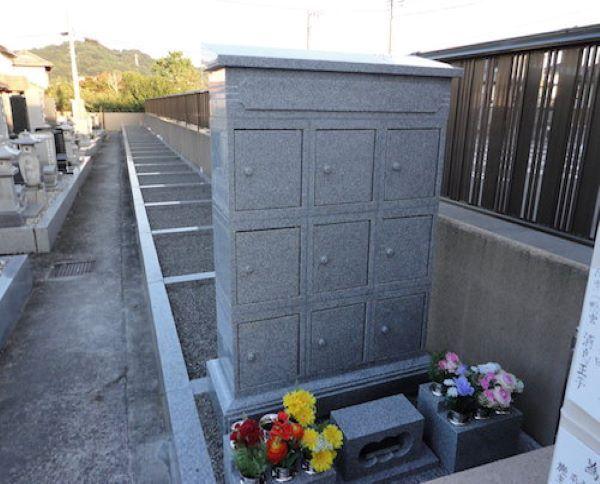 東学寺 のうこつぼ 花が供えられた納骨墓