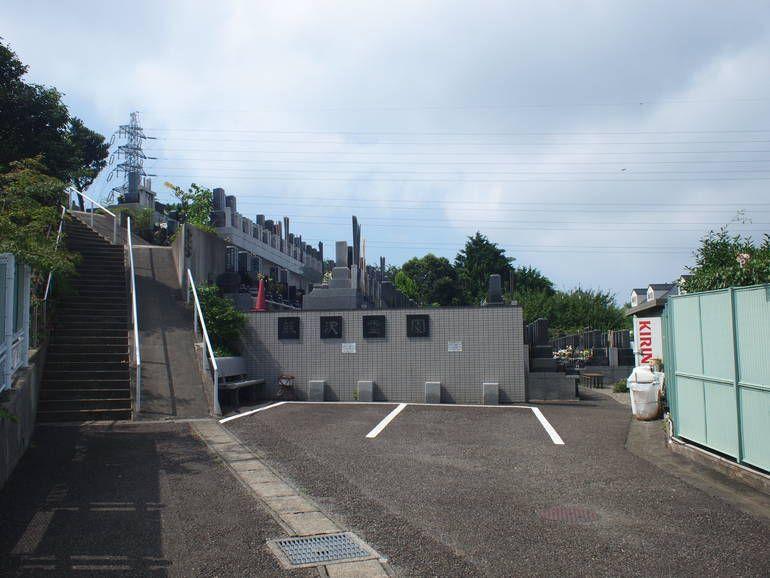 藤沢霊園 アスファルト舗装された駐車場