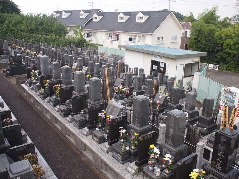 藤沢霊園 様々なタイプの墓石が並ぶ墓域
