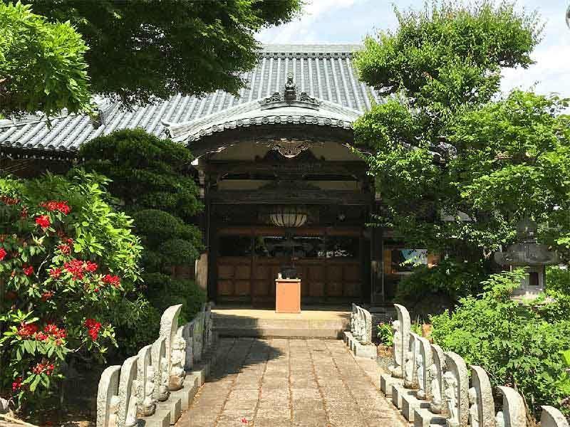 多摩稲城やすらぎ樹木葬墓地 お地蔵さまが見守る本堂への参道