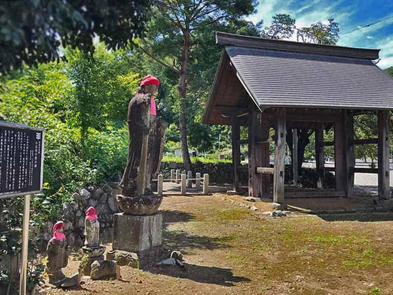 武蔵高尾樹木葬墓地 小谷田子寅の碑と山門