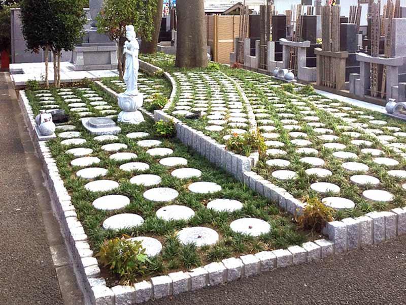 越谷樹木葬墓地 日の光に包まれる樹木葬