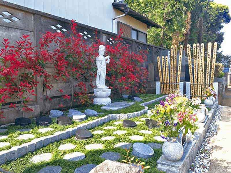 朝霞樹木葬墓地 花が添えられた樹木葬