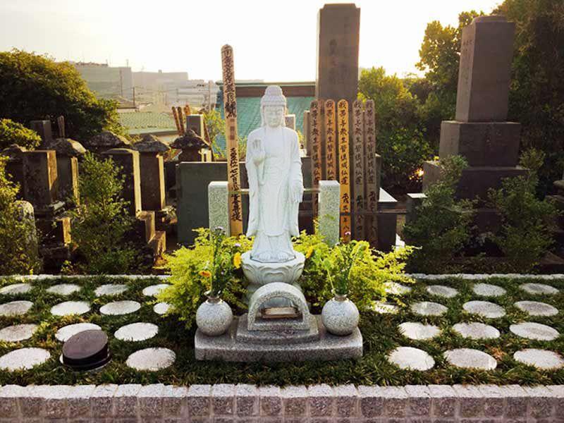 藤沢樹木葬墓地 樹木葬に建てられた観音菩薩像