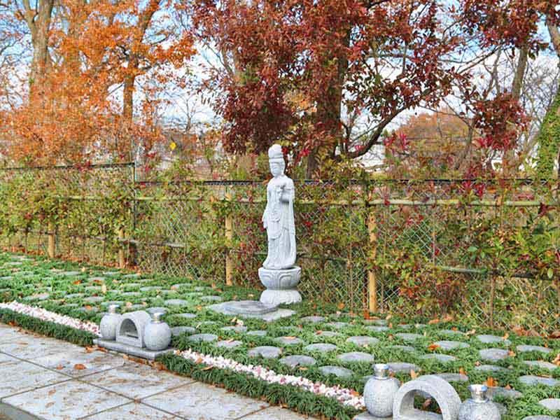 千葉中央樹木葬墓地 舗装された参道でどなたでも安心してお参りできる樹木葬