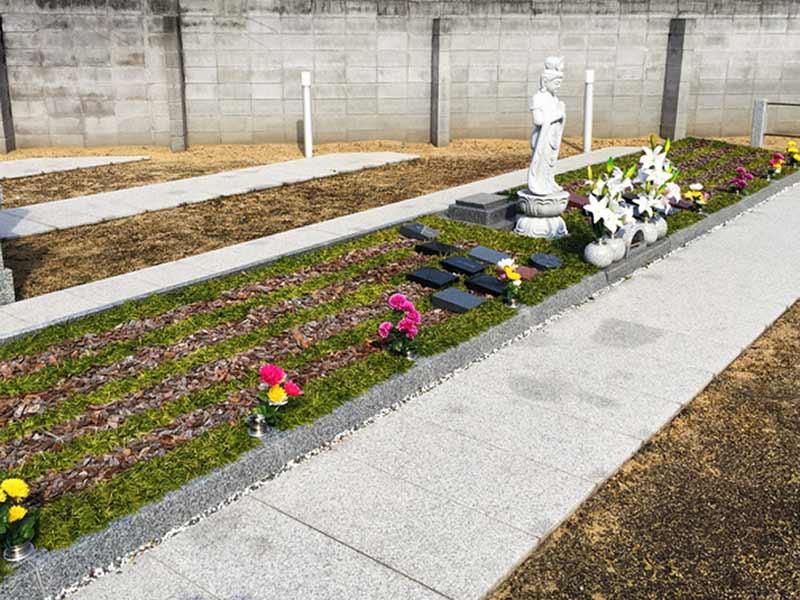 西成樹木葬墓地 色々な種類の花が飾られた樹木葬