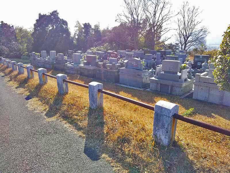大分市営 丸山墓地公園 向かい合わせで建立されている墓石