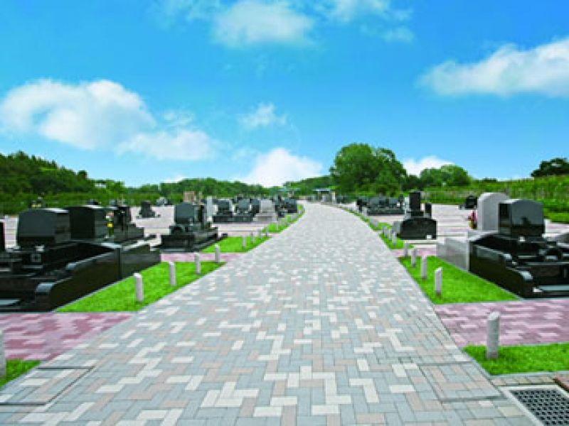 「むさしの聖地 永久の郷」の幅が広い通路