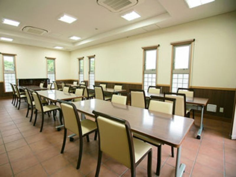 「むさしの聖地 永久の郷」の机とイスが並んだ休憩施設