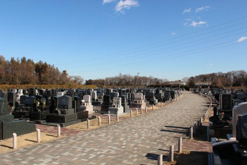 青空の下に広がる「むさしの聖地 永久の郷」の墓所
