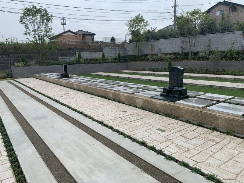 川口中央霊園の新しい墓所にサンプルの墓石が置かれている様子