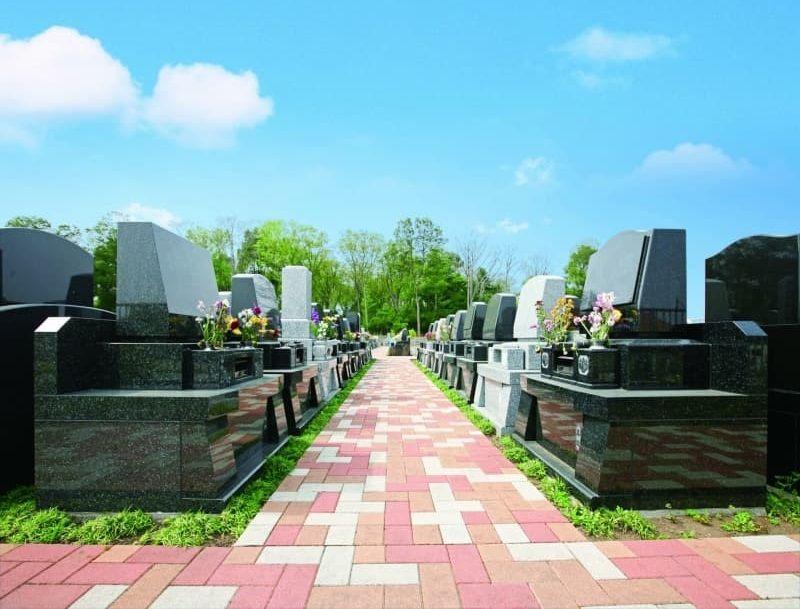 メモリアルパーク緑の丘 大きな墓石が並ぶ区画