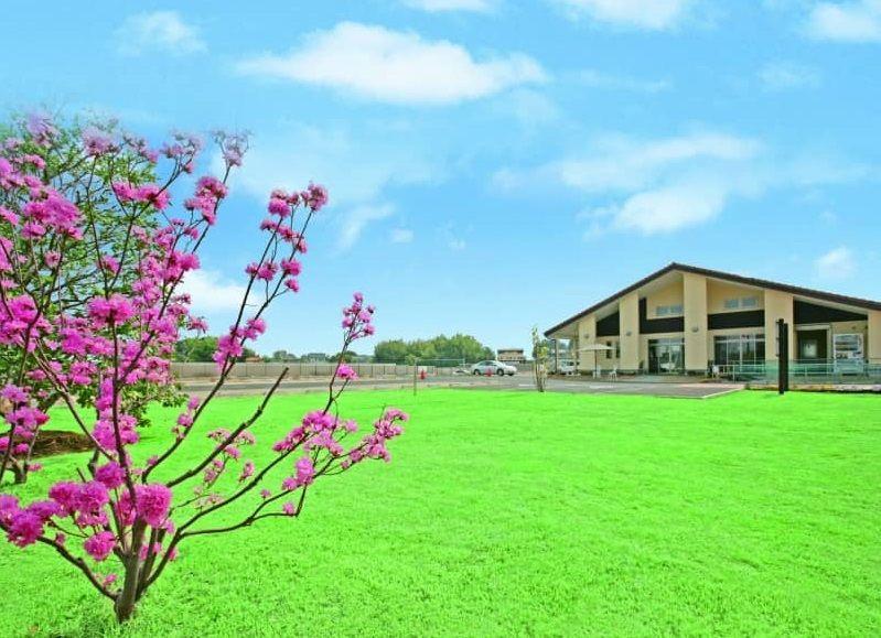 メモリアルパーク緑の丘 花と緑のコントラストが鮮かな管理事務所前