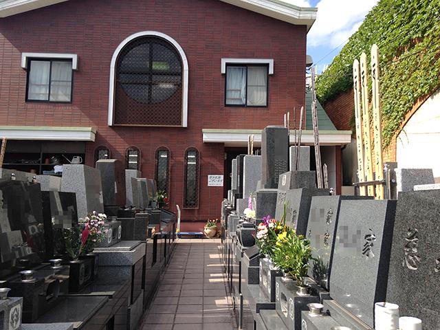 れんげ山霊園 花が添えられた墓石