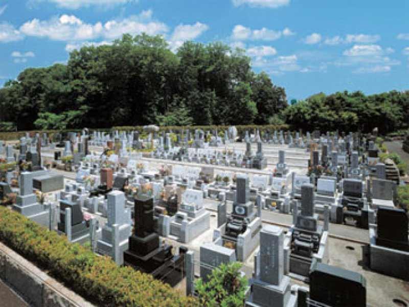 仏子聖地霊園 様々な墓石が混在