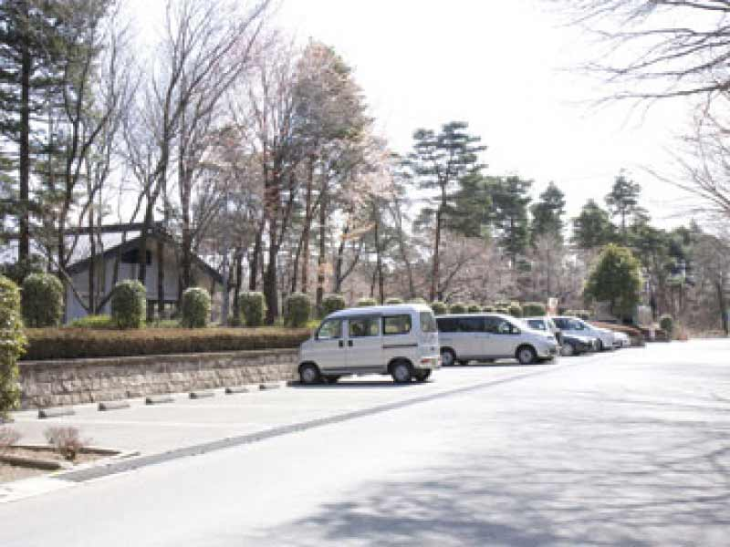 新所沢友愛聖地苑 広々とした駐車スペース