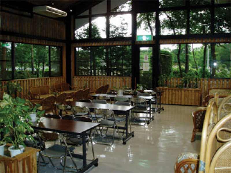 新所沢友愛聖地苑 椅子が多く広い休憩スペース