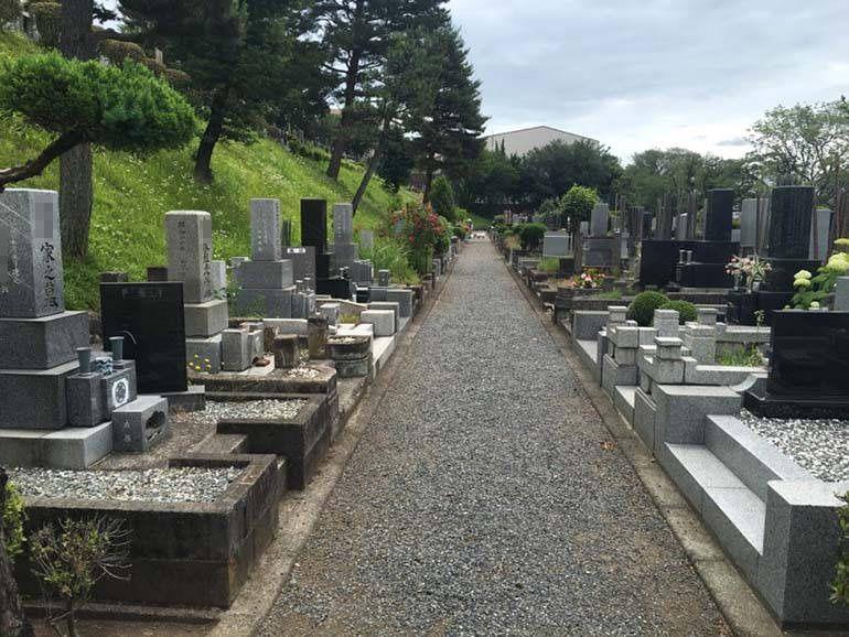 八王子市営 甲の原霊園 広々とした参道でお参りしやすい墓域