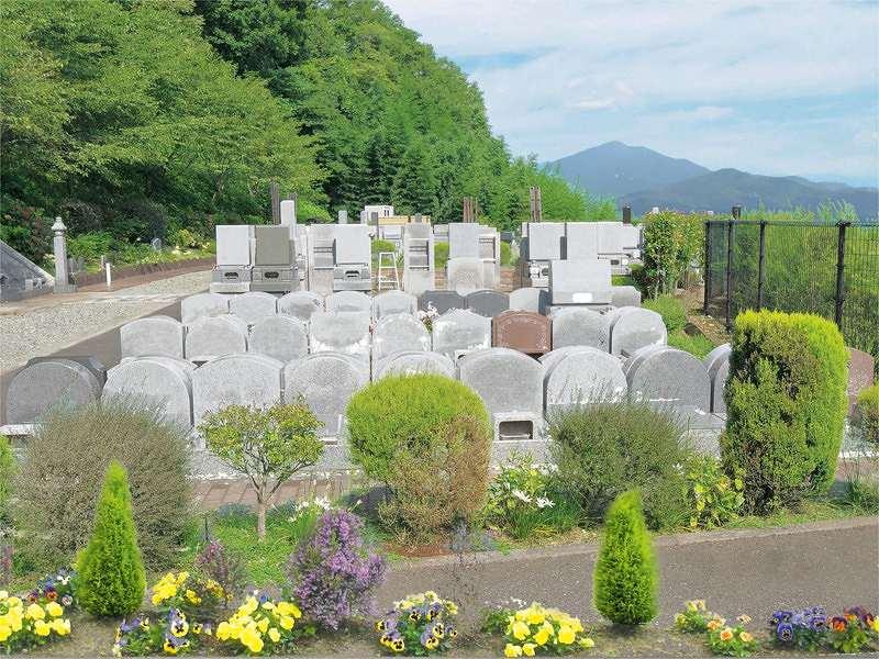メモリアル富士見霊園 様々な大きさの墓石が並ぶ