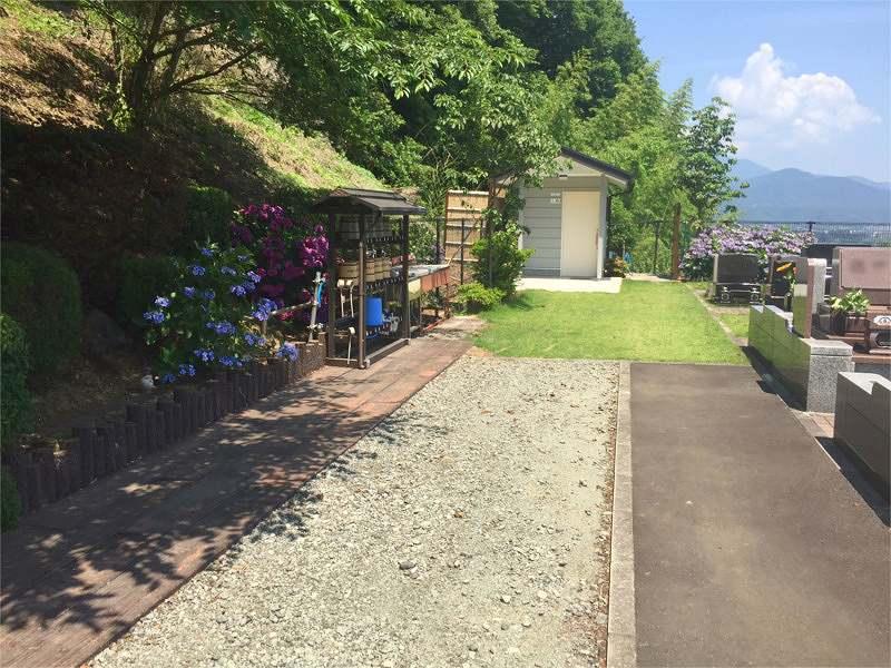 メモリアル富士見霊園 アジサイが咲く水場と広い参道
