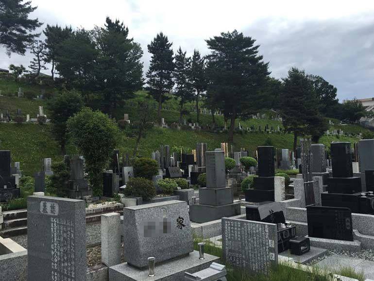八王子市営 甲の原霊園 斜面に墓域が広がる霊園風景