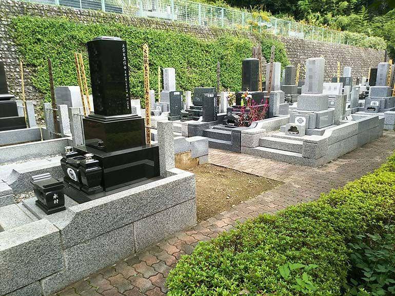 西東京墓苑 舗装された参道で歩きやすい墓域