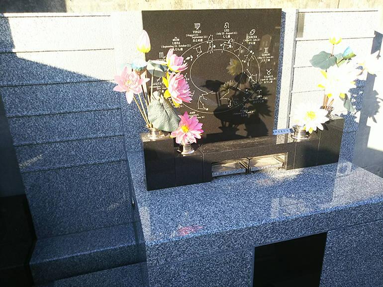 公園墓地 瑠璃光苑 花を添えられた永代供養墓