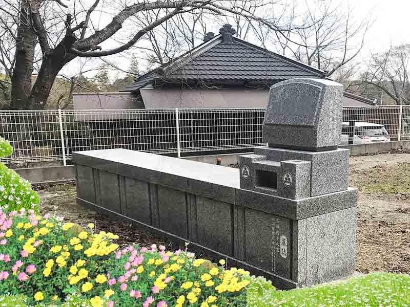 花壇や植木の手入れが行き届いた墓所