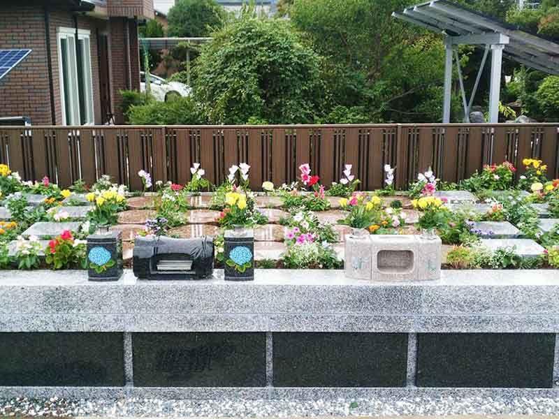 花々や緑に囲まれた墓所
