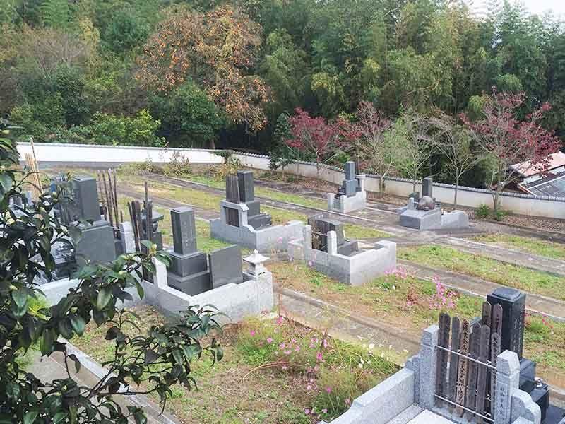広々としたつくりの東光墓園