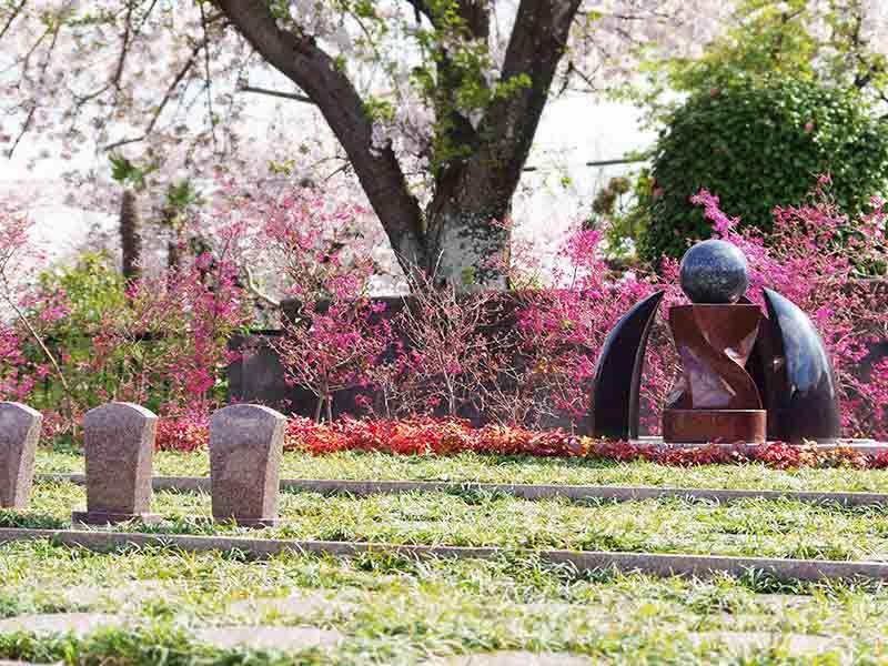 メモリアルすぎと 用中寺 永代供養墓・樹木葬 花の咲き乱れる苑内