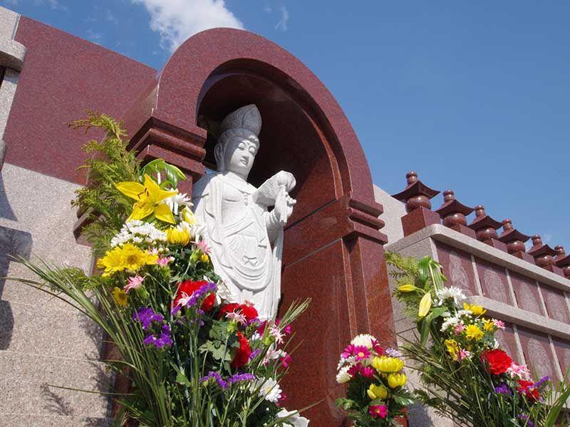 メモリアルすぎと 用中寺 永代供養墓・樹木葬 花の供えられた供養墓